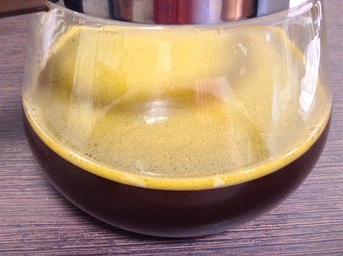 バレットプルーフ・バターコーヒー、スプーン混ぜ